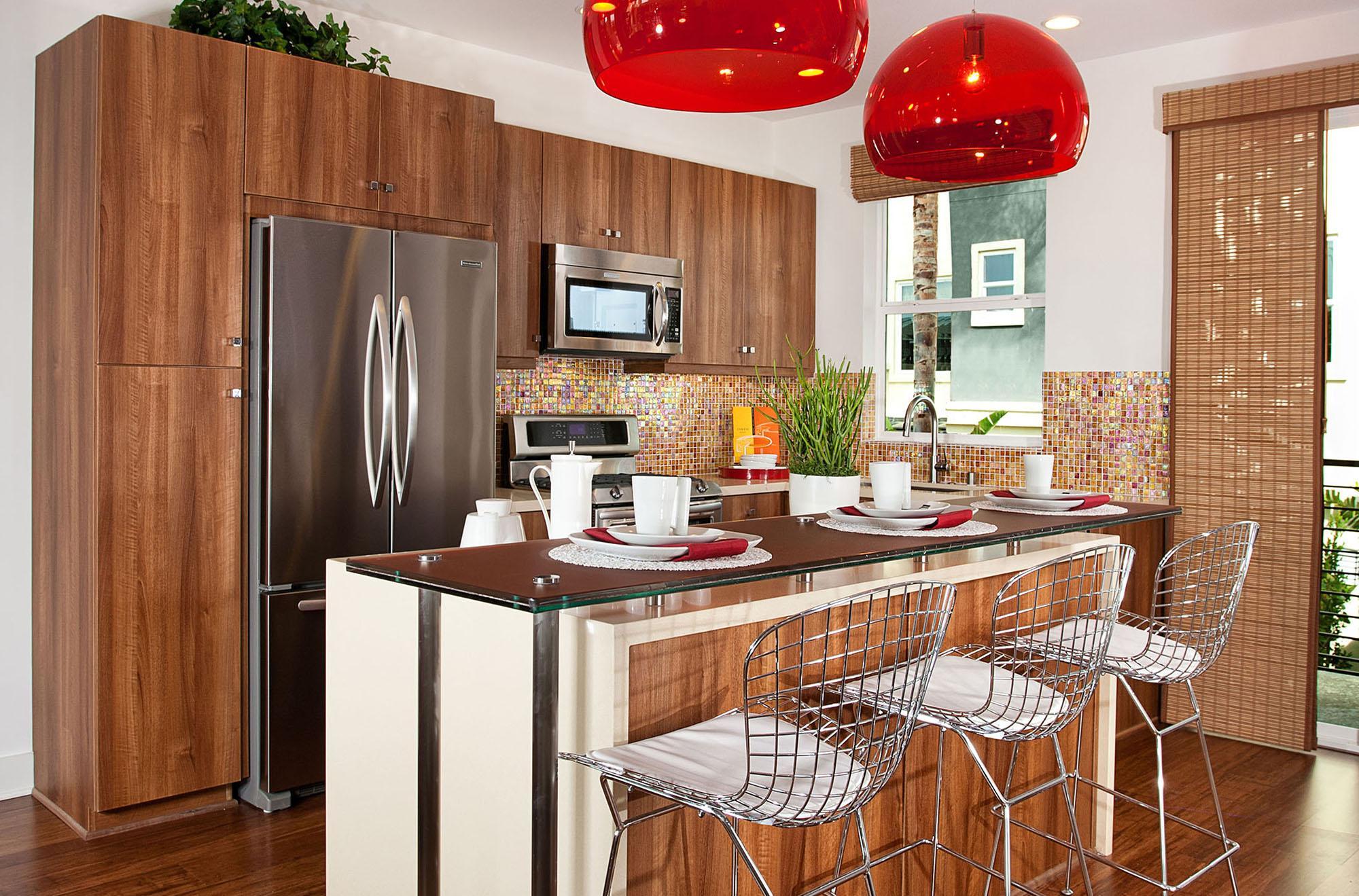 Совмещенные столешница и барная стойка на кухне