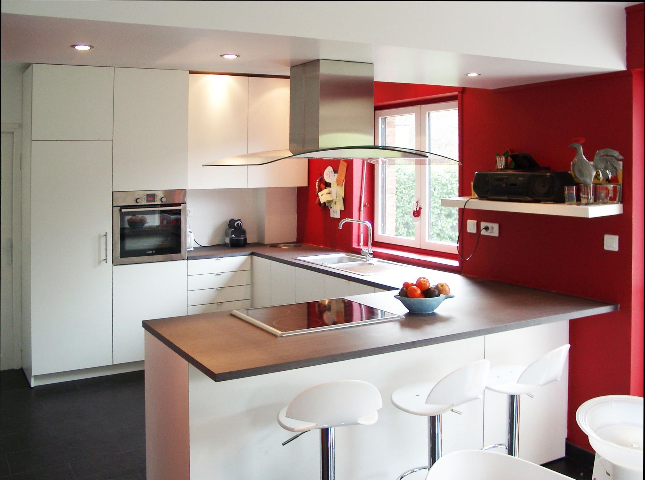 Дизайн кухни с барной стойкой красный