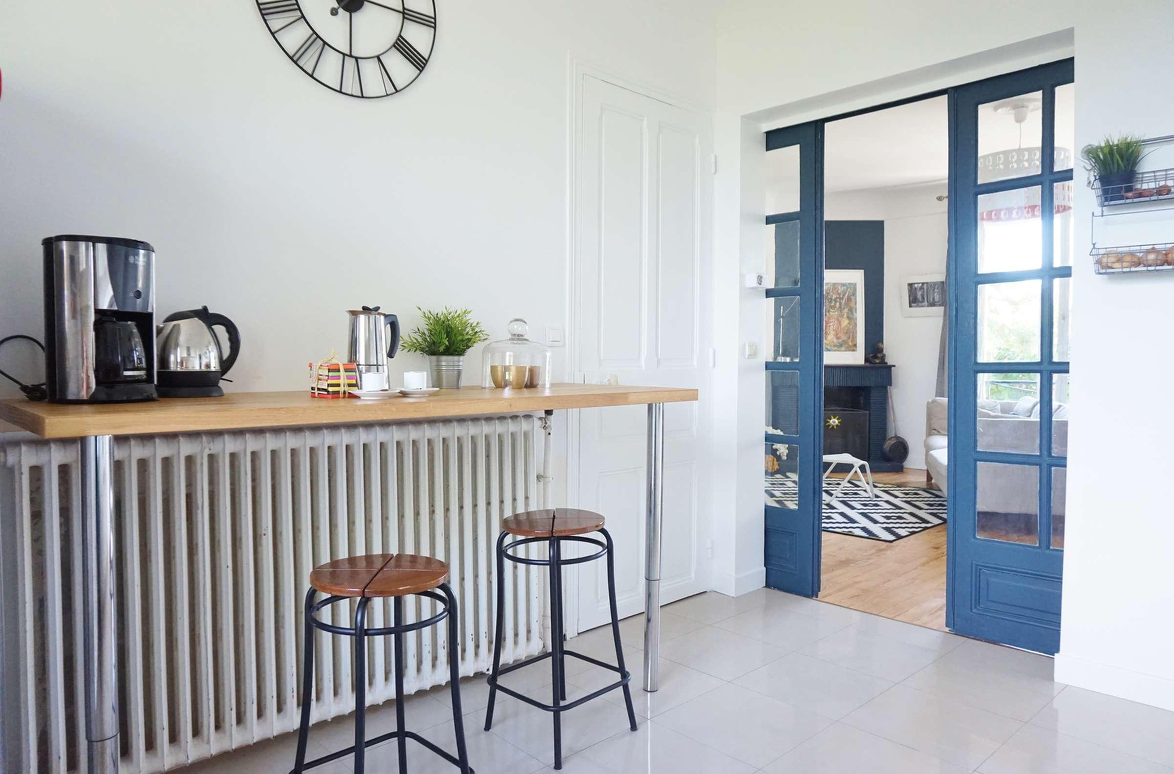 Дизайн кухни с барной стойкой в стиле ретро