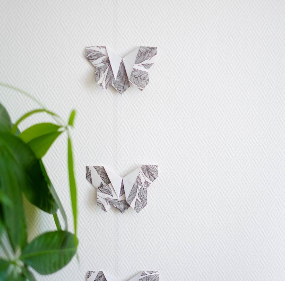 Бабочки оригами из черно-белой бумаги