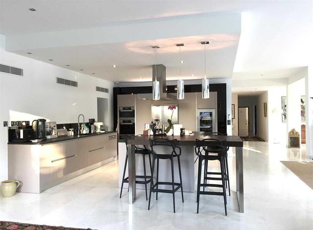 Дизайн кухни с барной стойкой из металла
