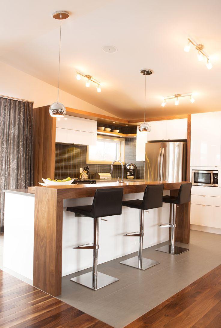 Дизайн кухни с барной стойкой орех