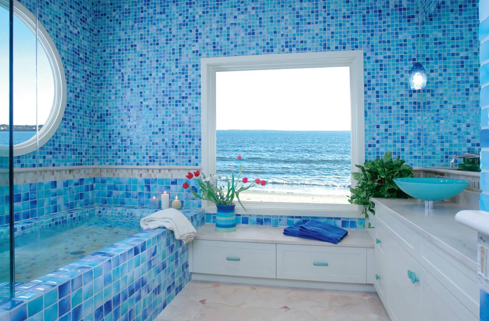 Мозаика и плитка в синих тонах в ванной в морском стиле