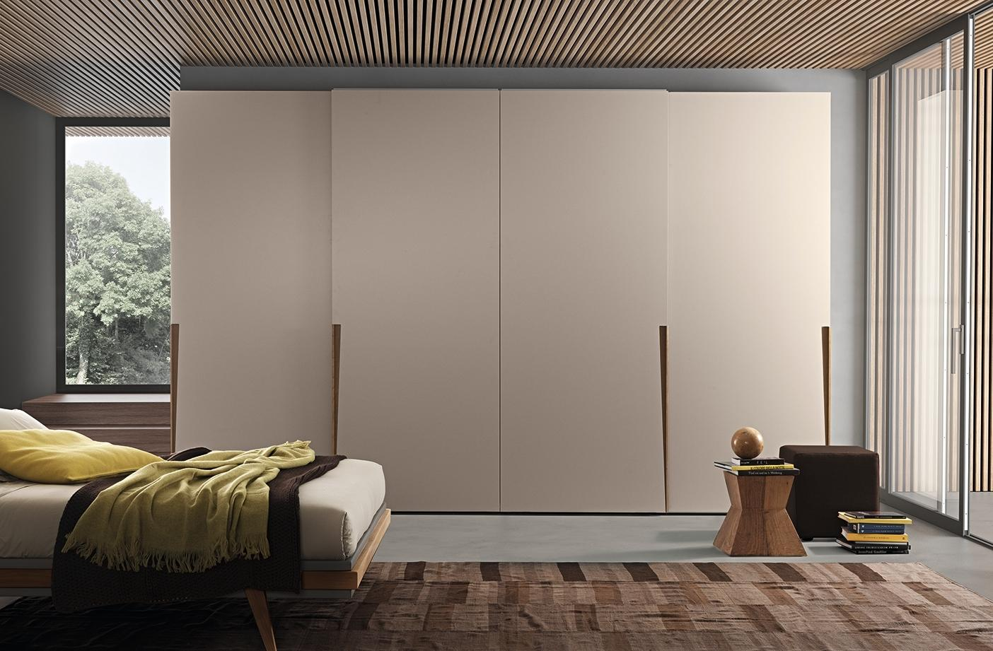 Шкаф с дверками цвета капучино