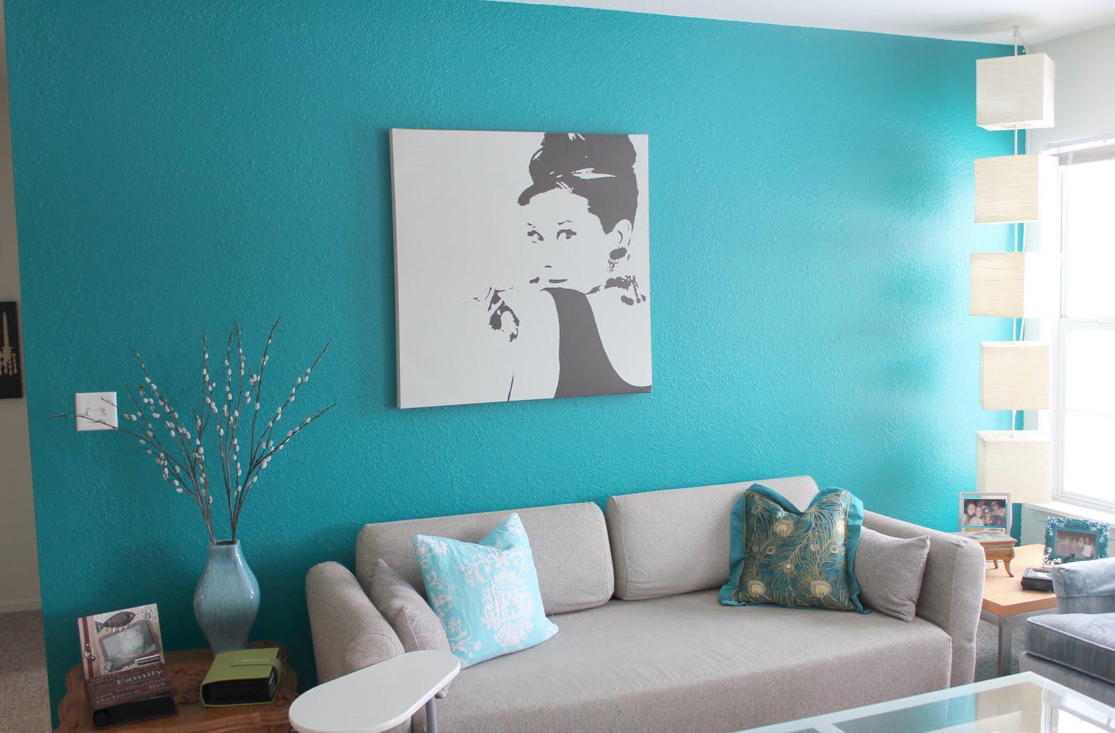 Светлый диван на фоне бирюзовых стен