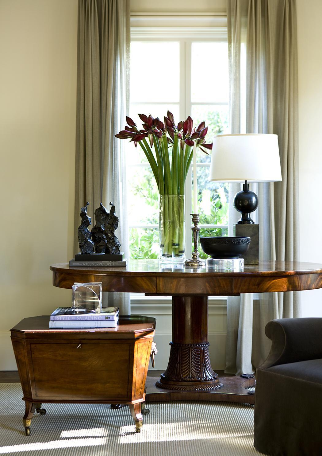 Классический стол в гостиной