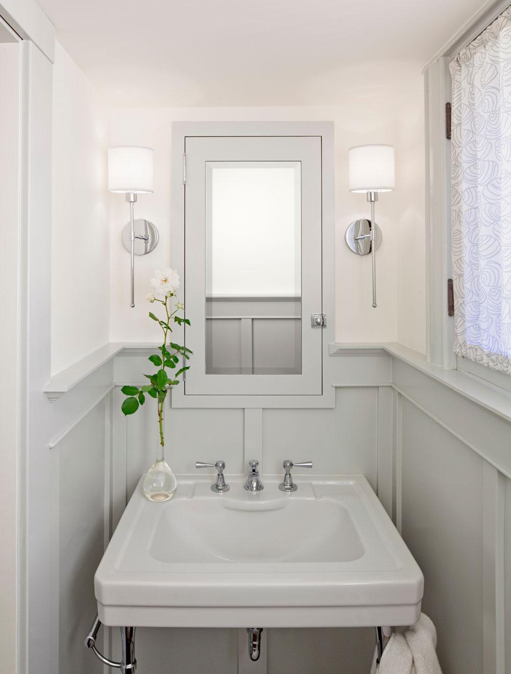 Маленькая ванная комната с панелями