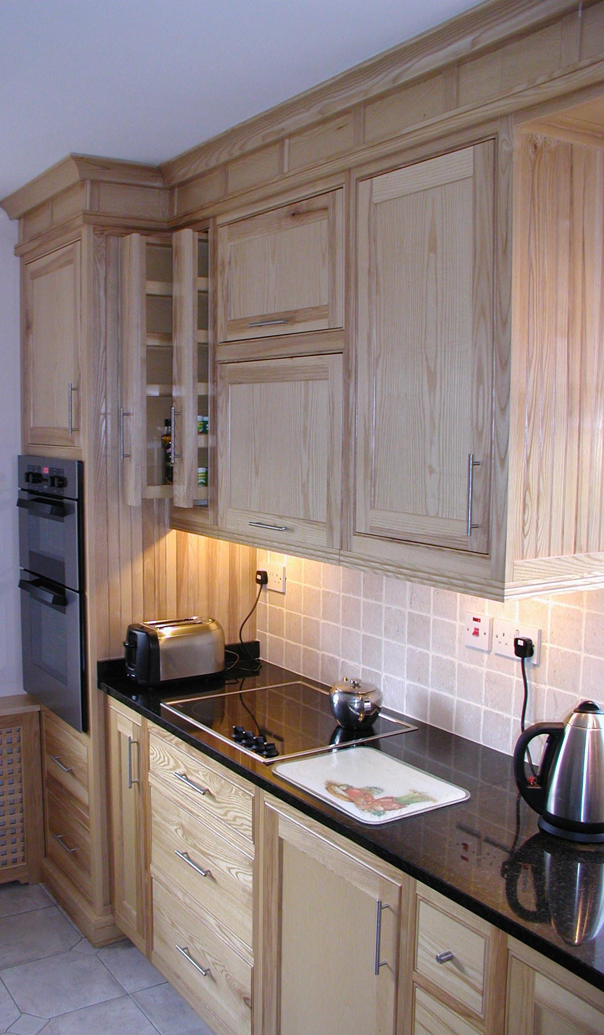 Гарнитур с деревянными фасадами на кухне