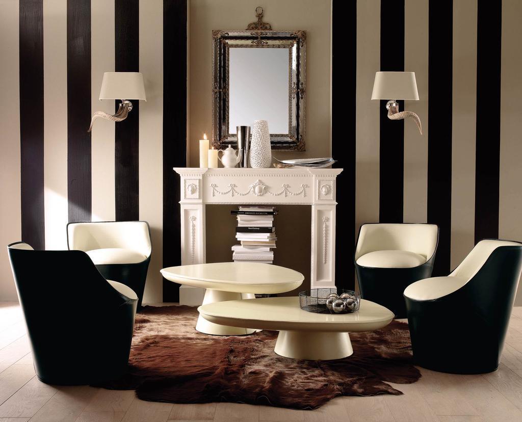 Черно-белые кресло и белые журнальные столы в интерьере гостиной