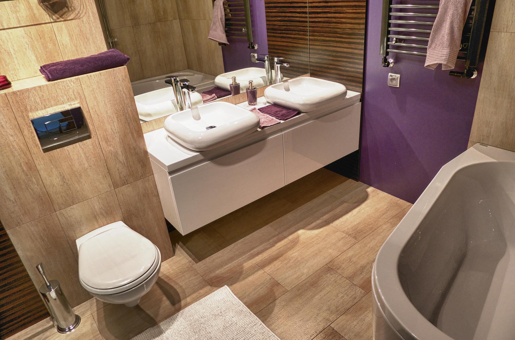 Фиолетово-коричневая ванная комната