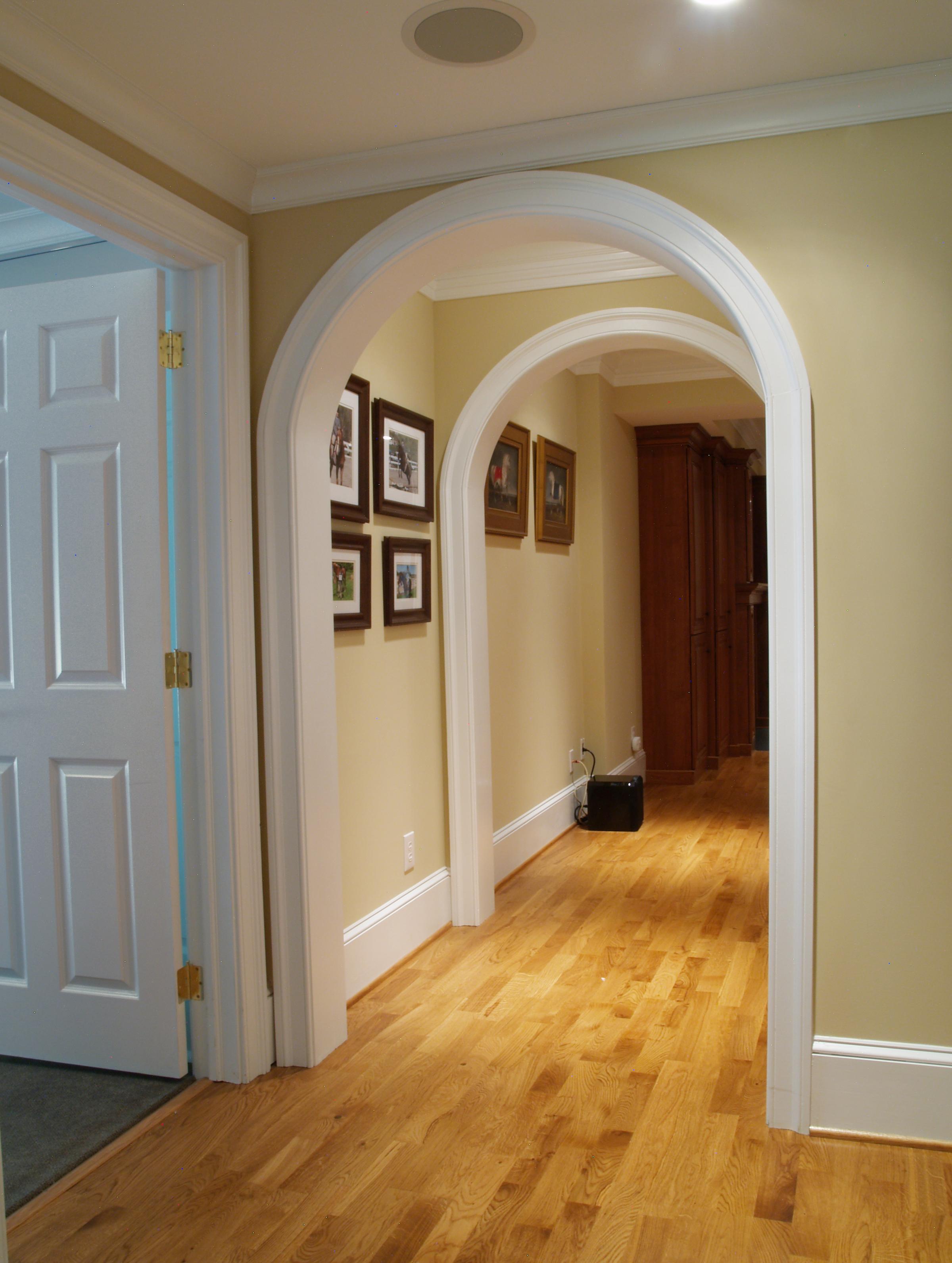 Дизайн коридора с аркой и наличниками