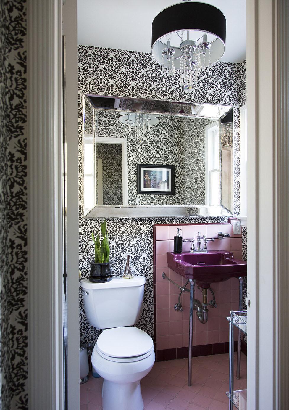 Черно-белые обои с мелким узором в ванной комнате