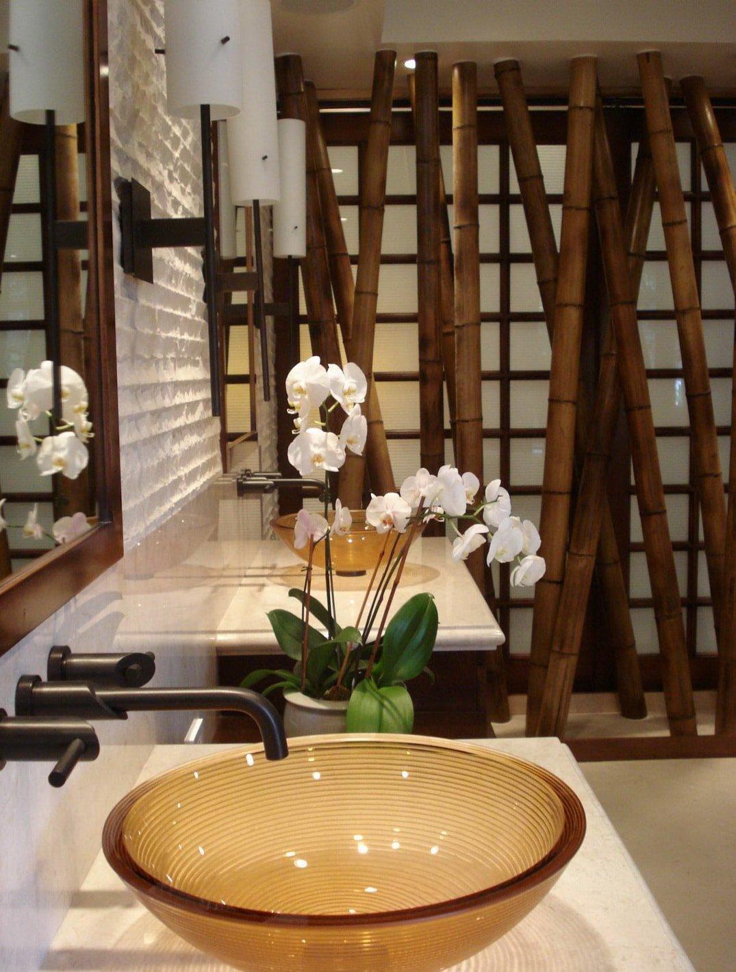 Ванная в восточном стиле с бамбуком