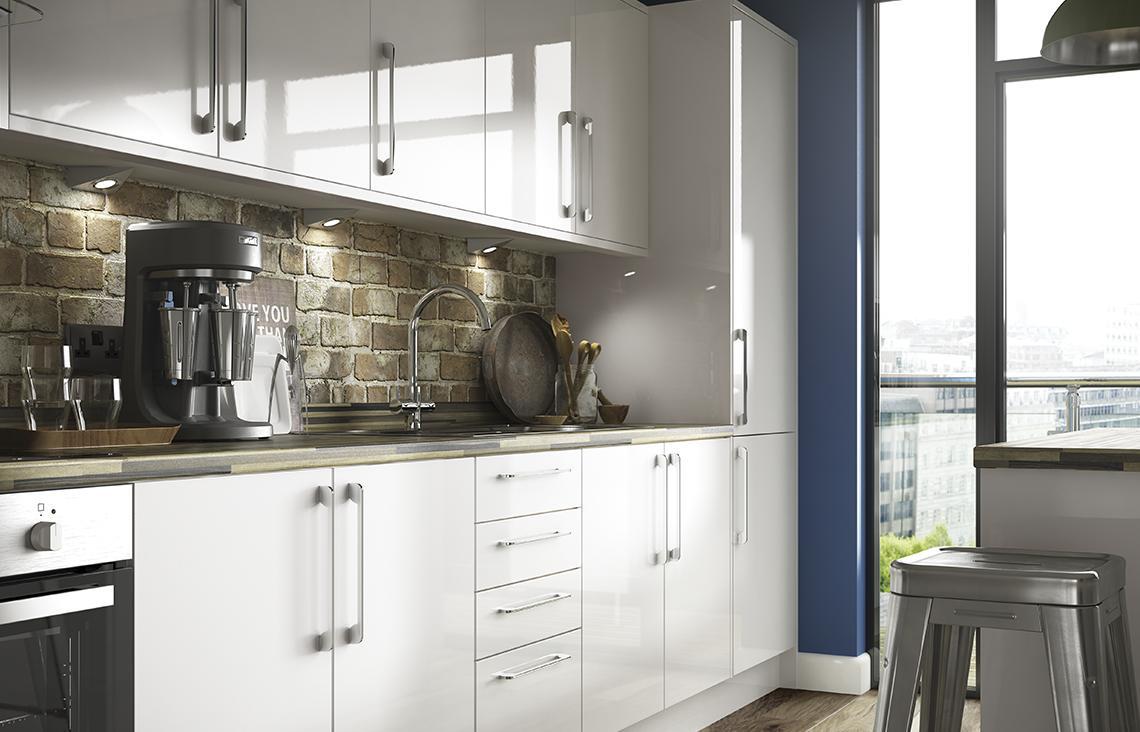 Расположение холодильника у окна на кухне