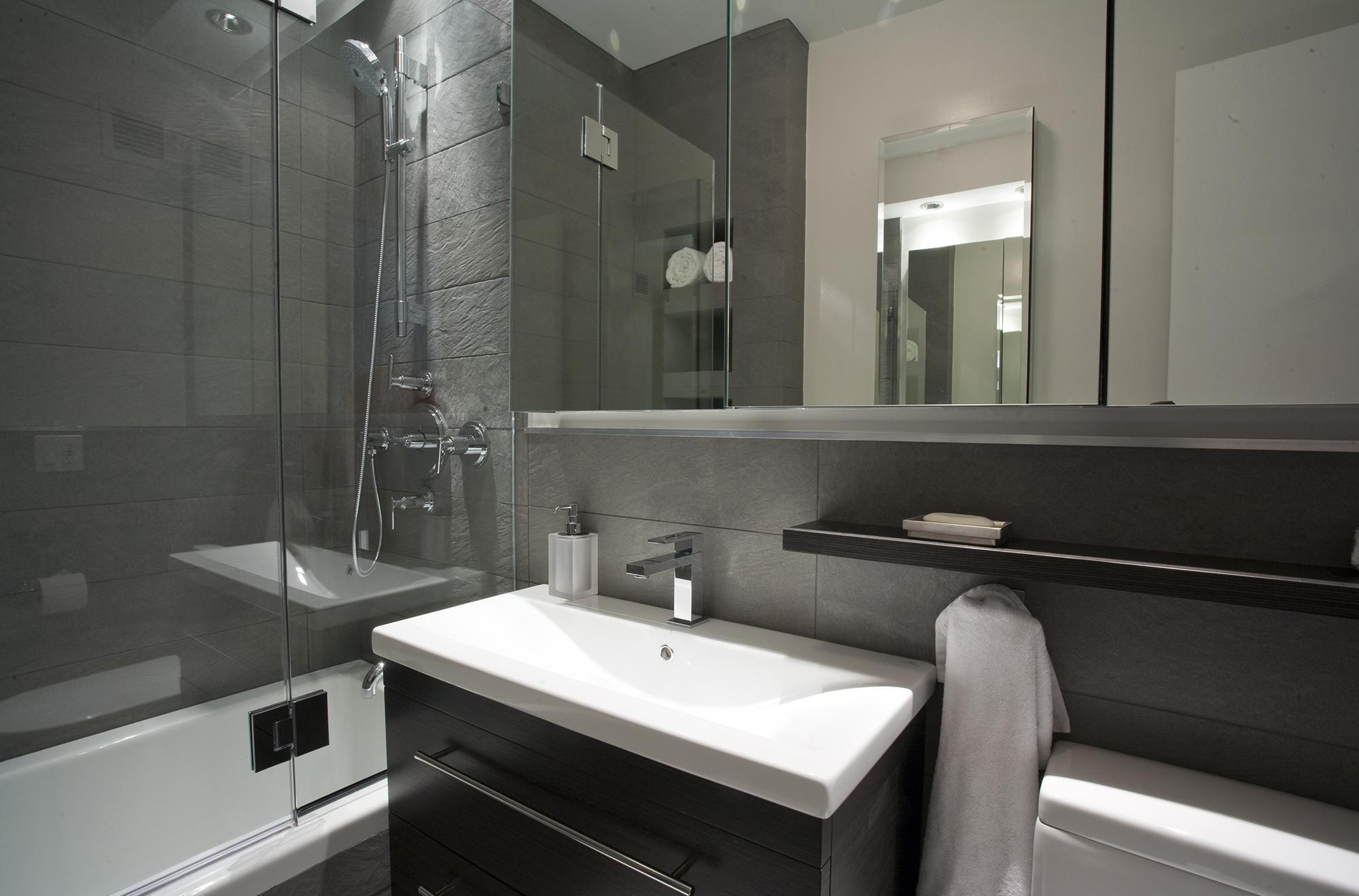 Современная черно-белая ванная
