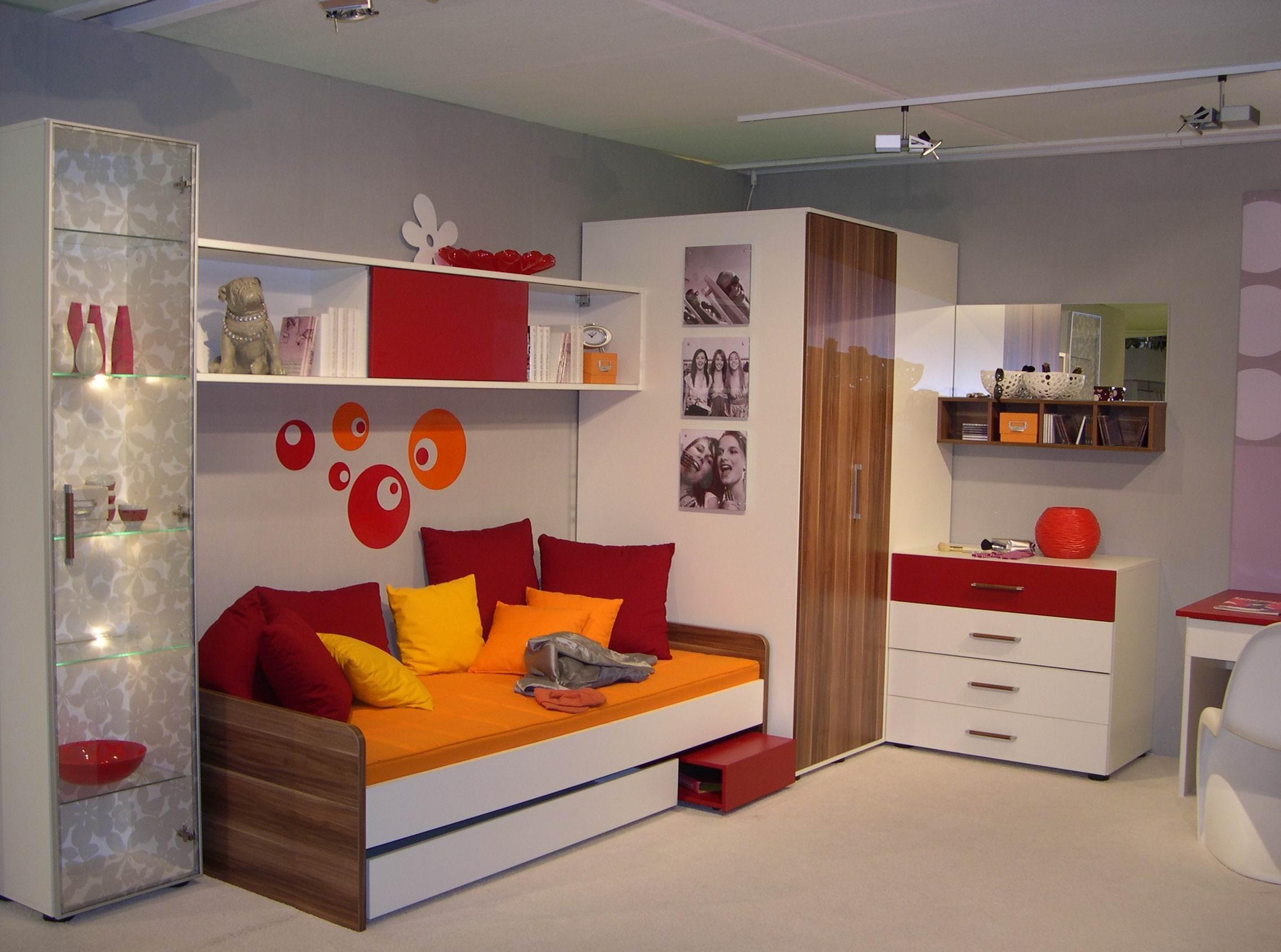 Дизайн комнаты для подростка с глянцевой мебелью