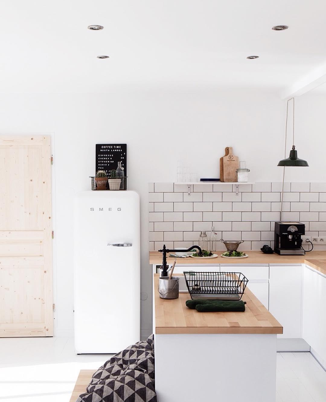 Белый холодильник на кухне