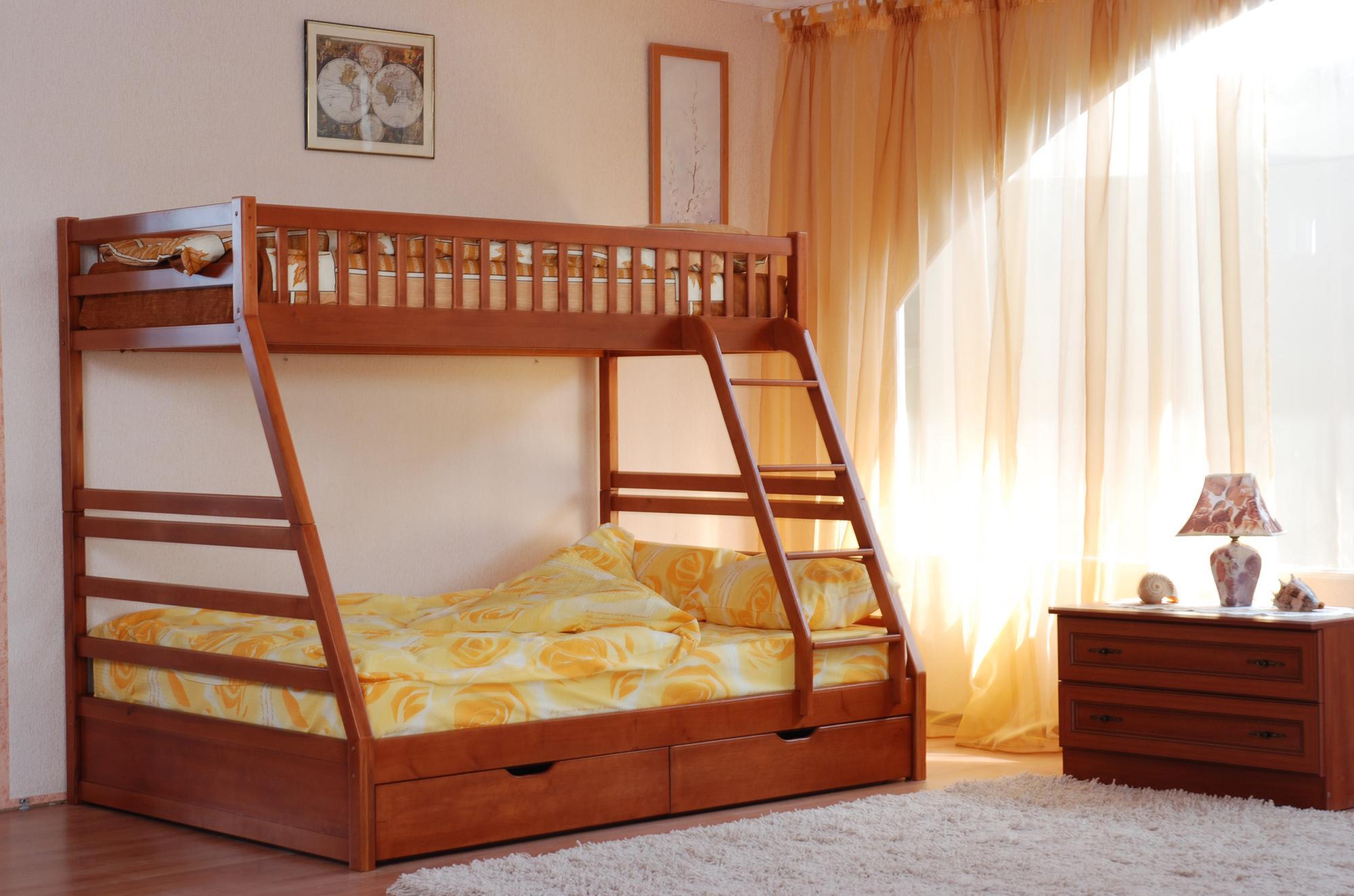 Коричневая двухъярусная кровать с лестницей
