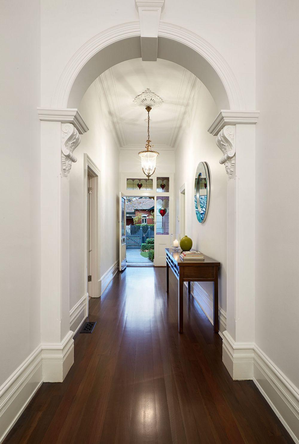 Дизайн коридора с аркой и лепниной