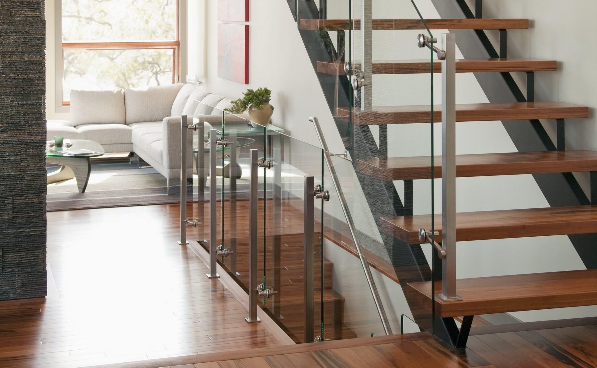 Металлическая лестница со стеклянными перилами
