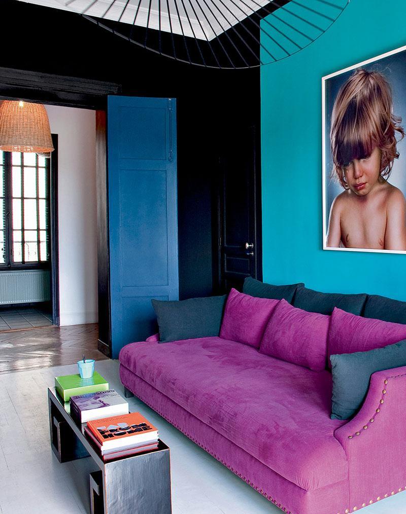 Черно-бирюзовые стены в гостиной