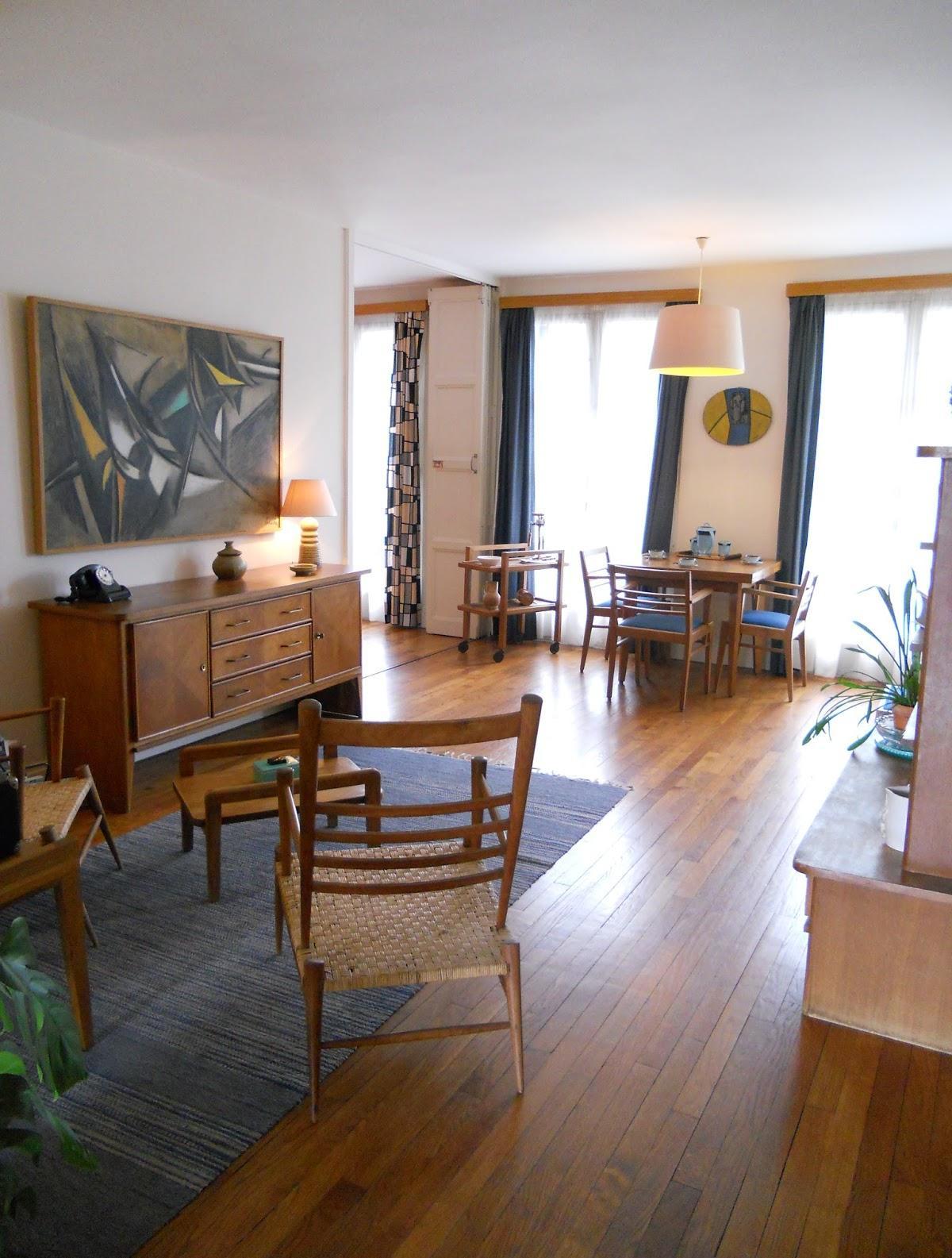 Гостиная с двумя окнами в стиле ретро