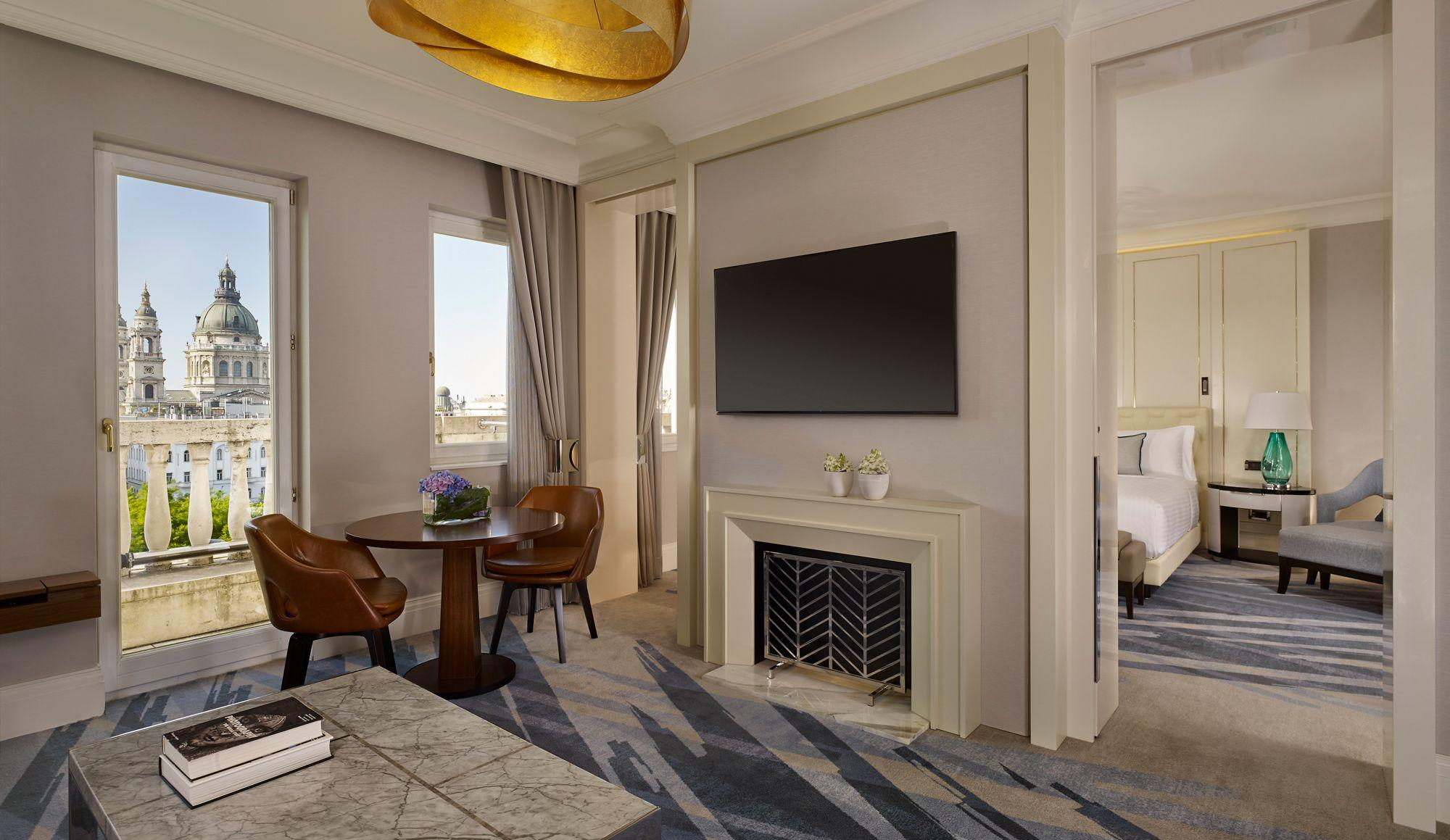 Гостиная с двумя окнами в квартире