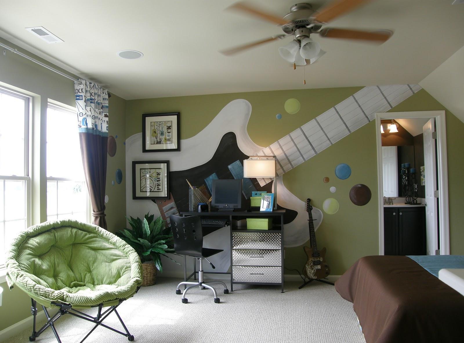 Дизайн комнаты мальчика подростка с дополнительным настольным освещением