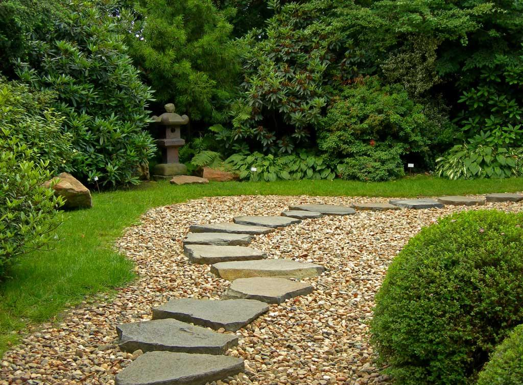 Дорожка из гравия с камнями