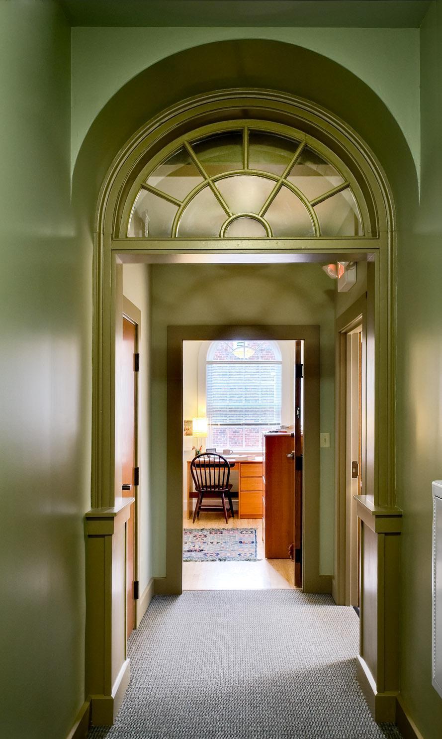 Дизайн коридора с аркой зеленой