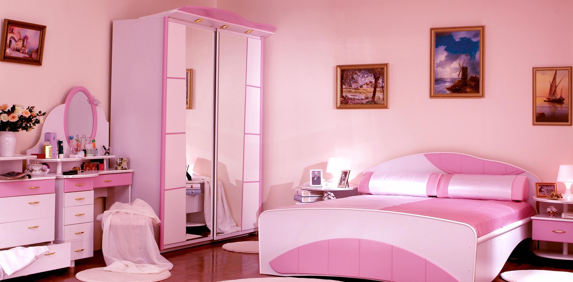 Розово-белая мебель в спальне