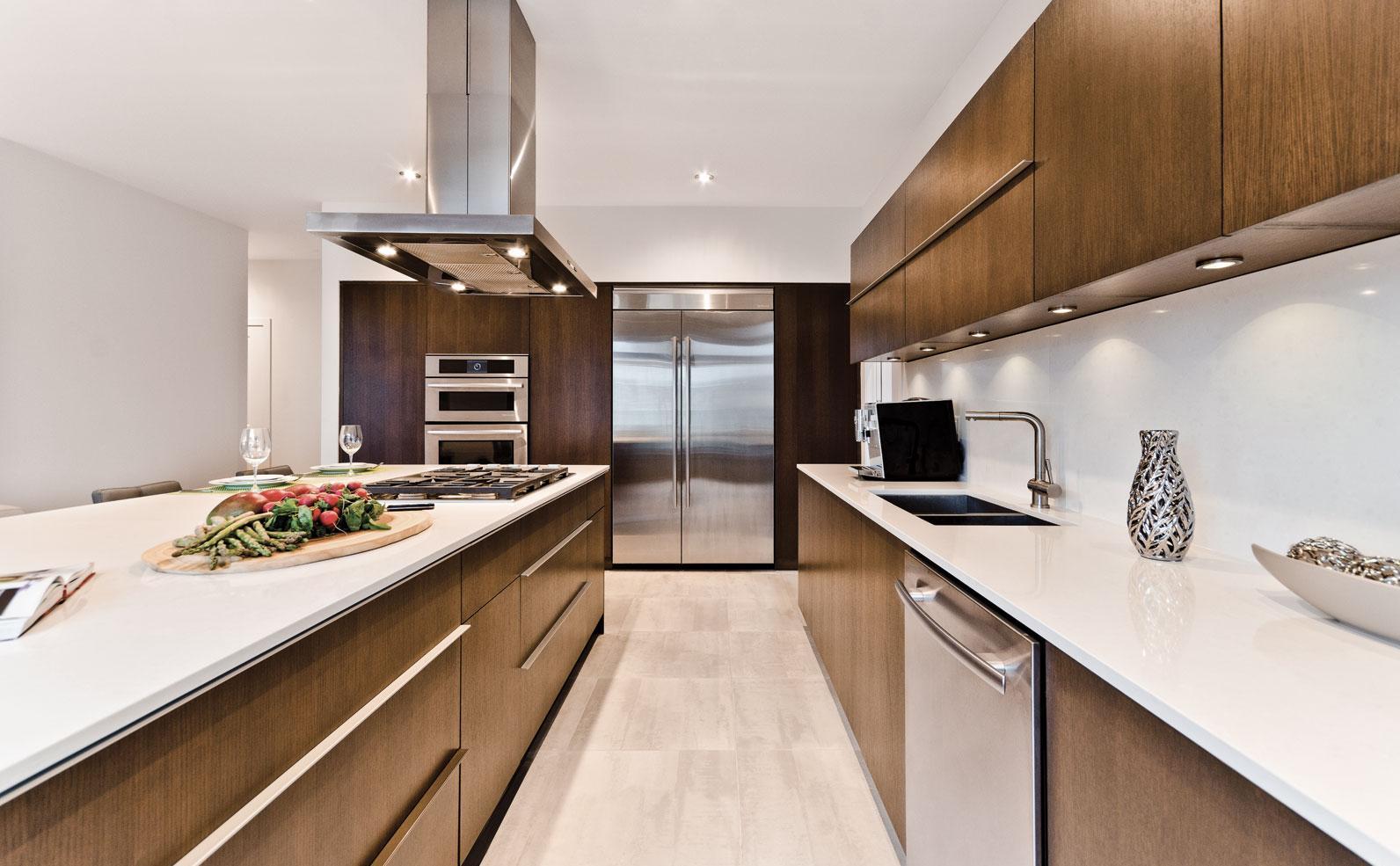 Расположение холодильника на кухне в стиле модерн