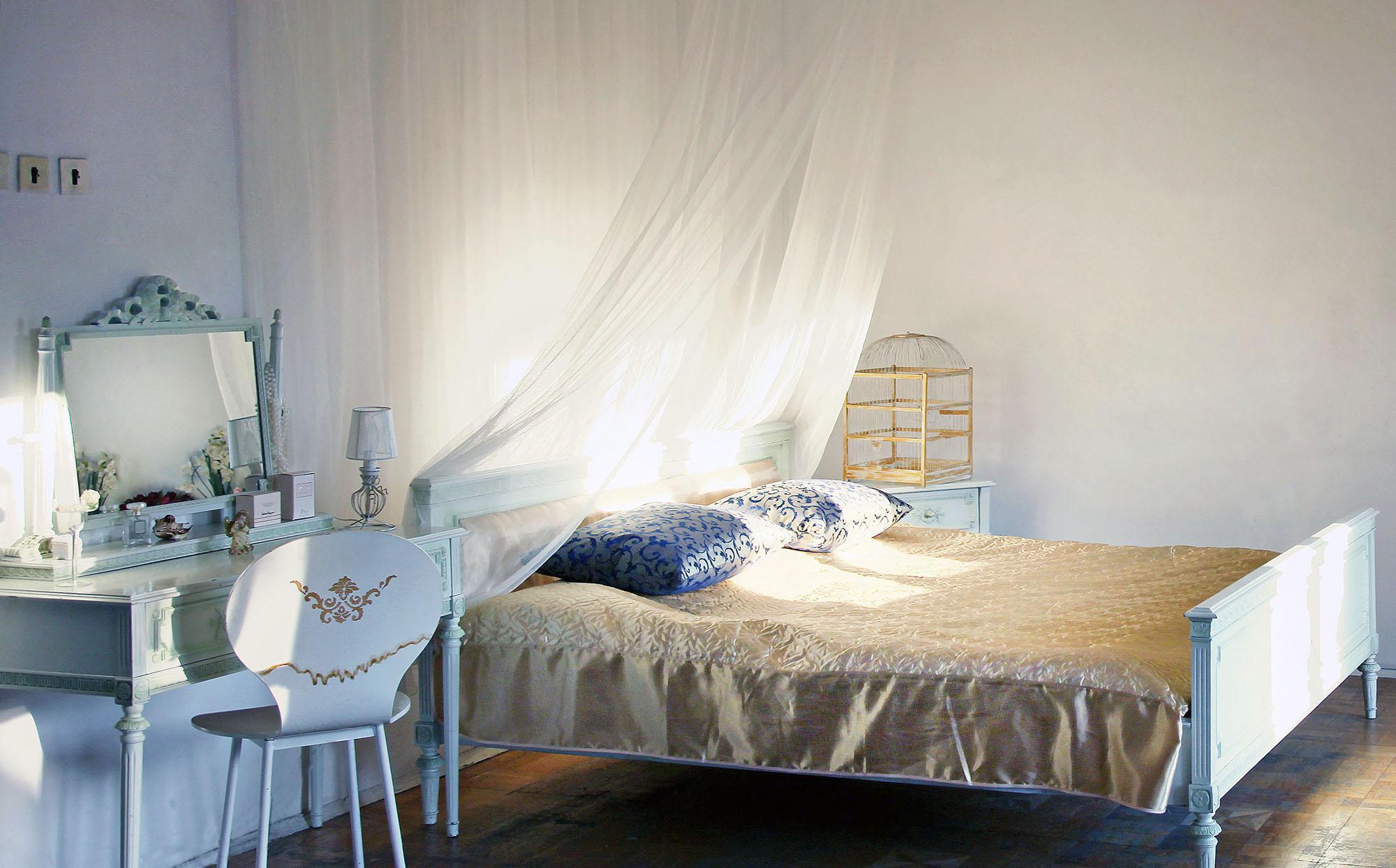 Легкий балдахин в просторной спальне
