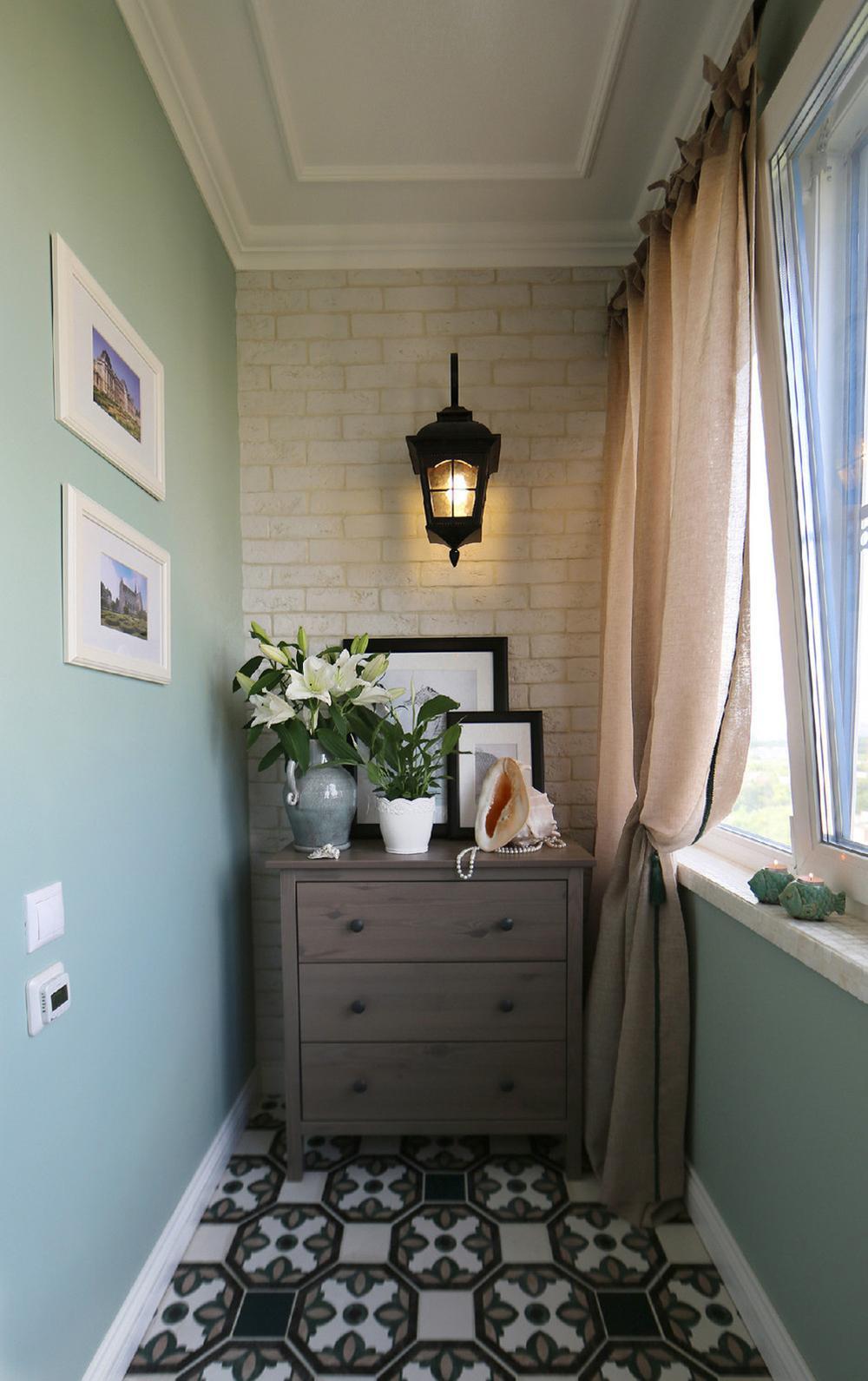 Освещение балкона с помощью настенной лампы
