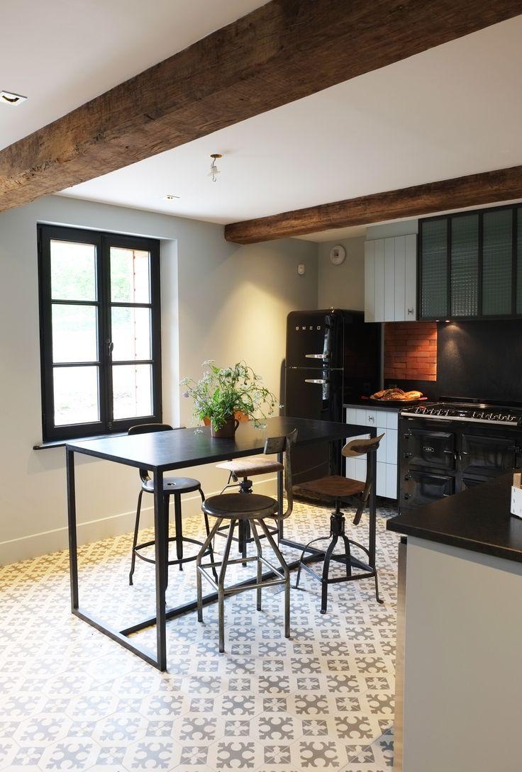 Расположение черного холодильника на кухне