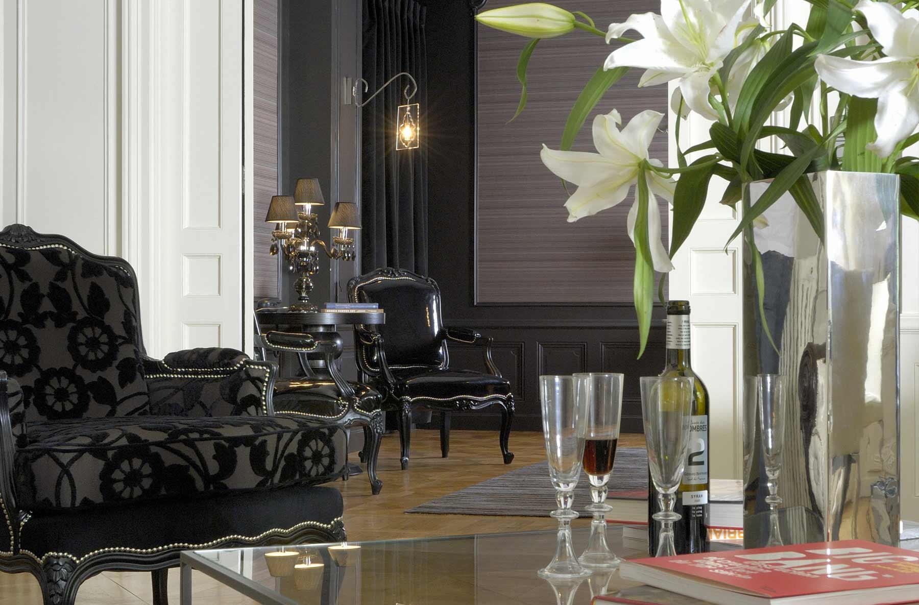 Черная мебель в классическом стиле