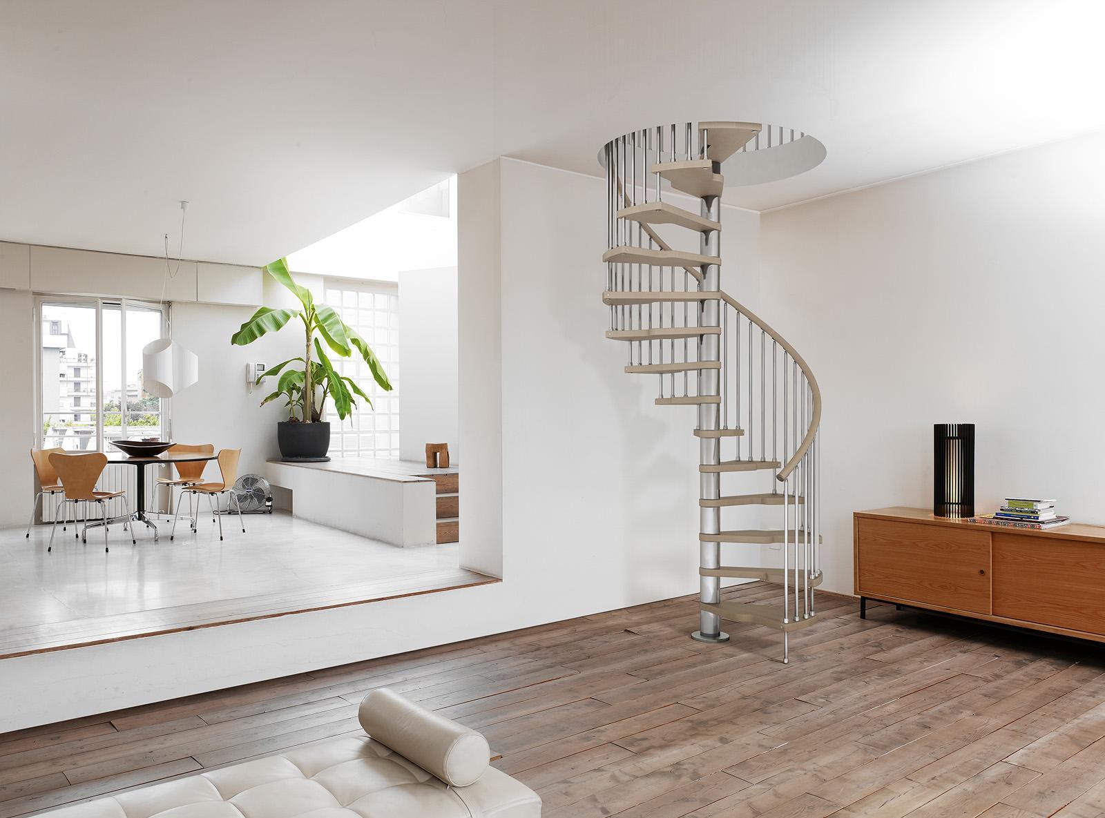 Винтовая лестница не займет много места в гостиной
