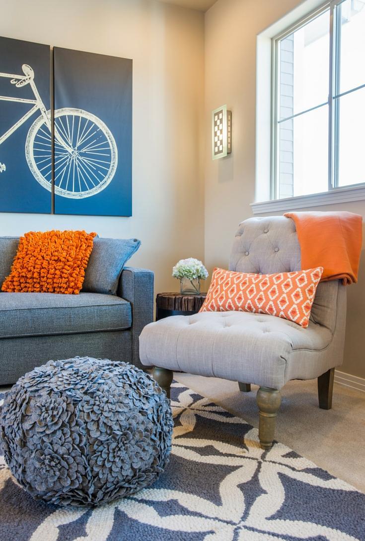 Голубая гостиная с оранжевыми акцентами