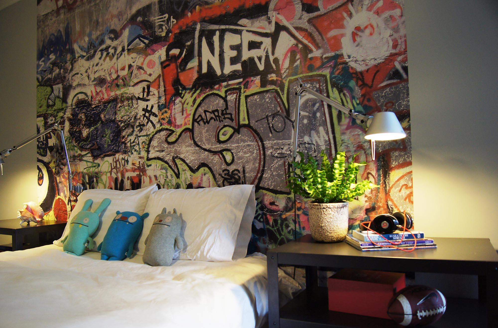Интерьер комнаты мальчика подростка с граффити и настольными лампами