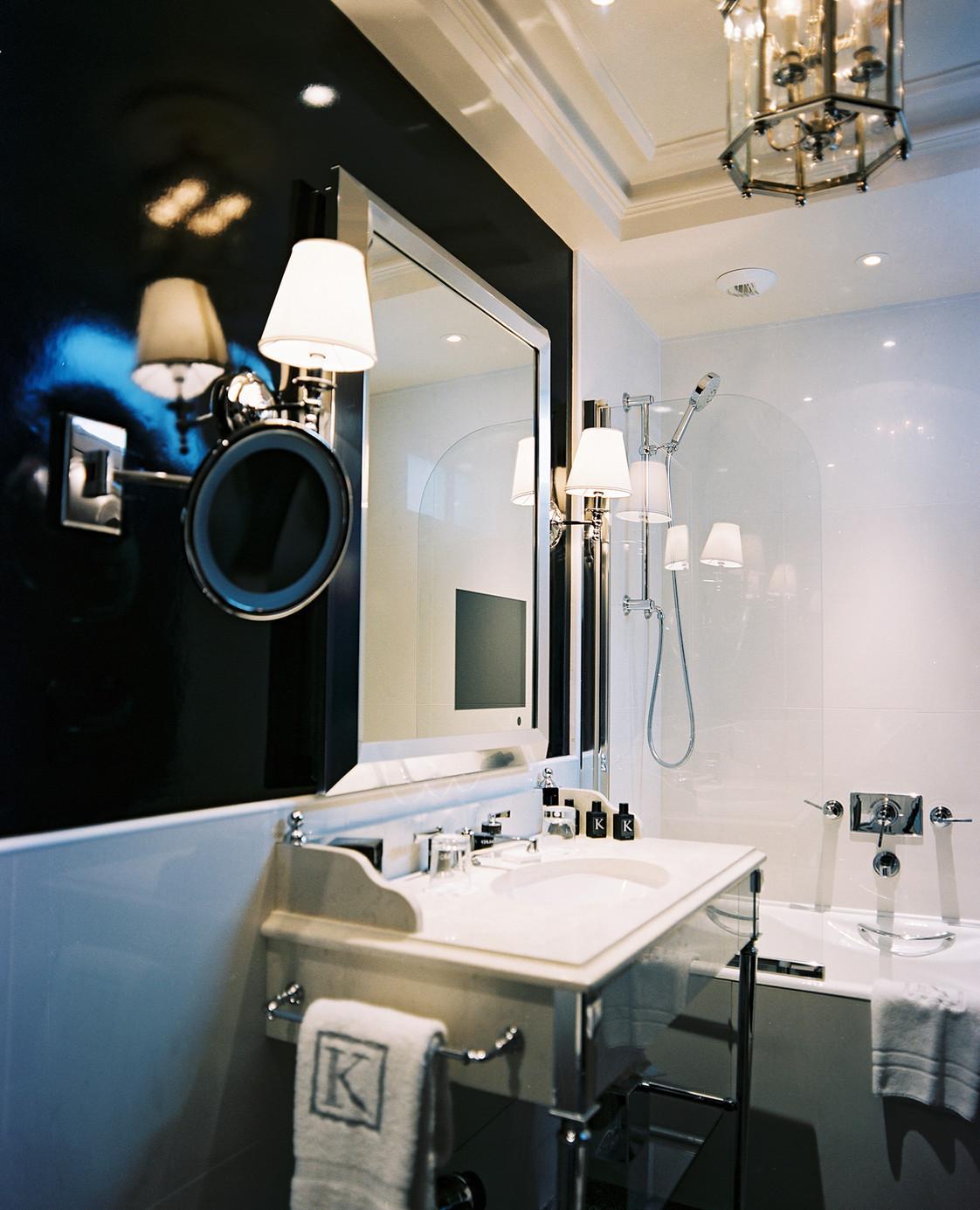 Черно-белая стильная ванная