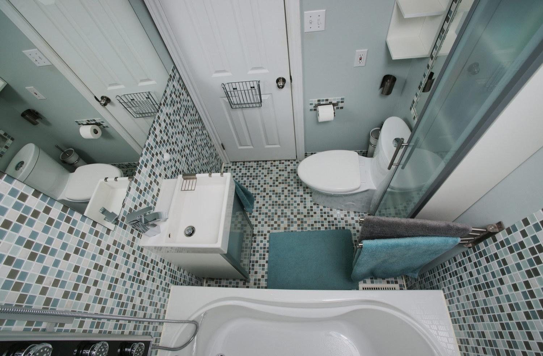 Маленькая ванная комната со шкафом пеналом