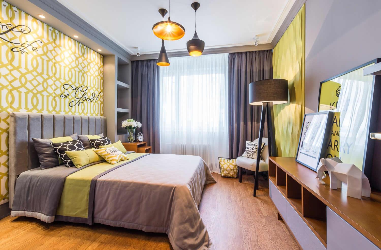 Серо-желтый дизайн спальни 14 кв м