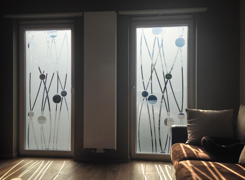 Витражная пленка на окна в гостиной