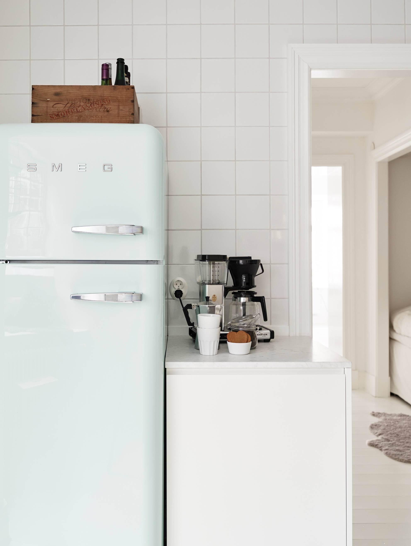 Холодильник в стиле ретро на кухне