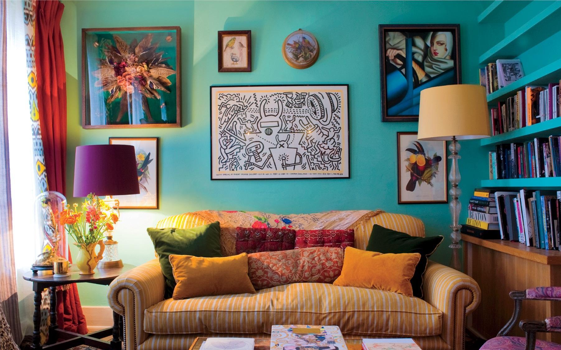 Маленькая гостиная в стиле бохо с изумрудными стенами