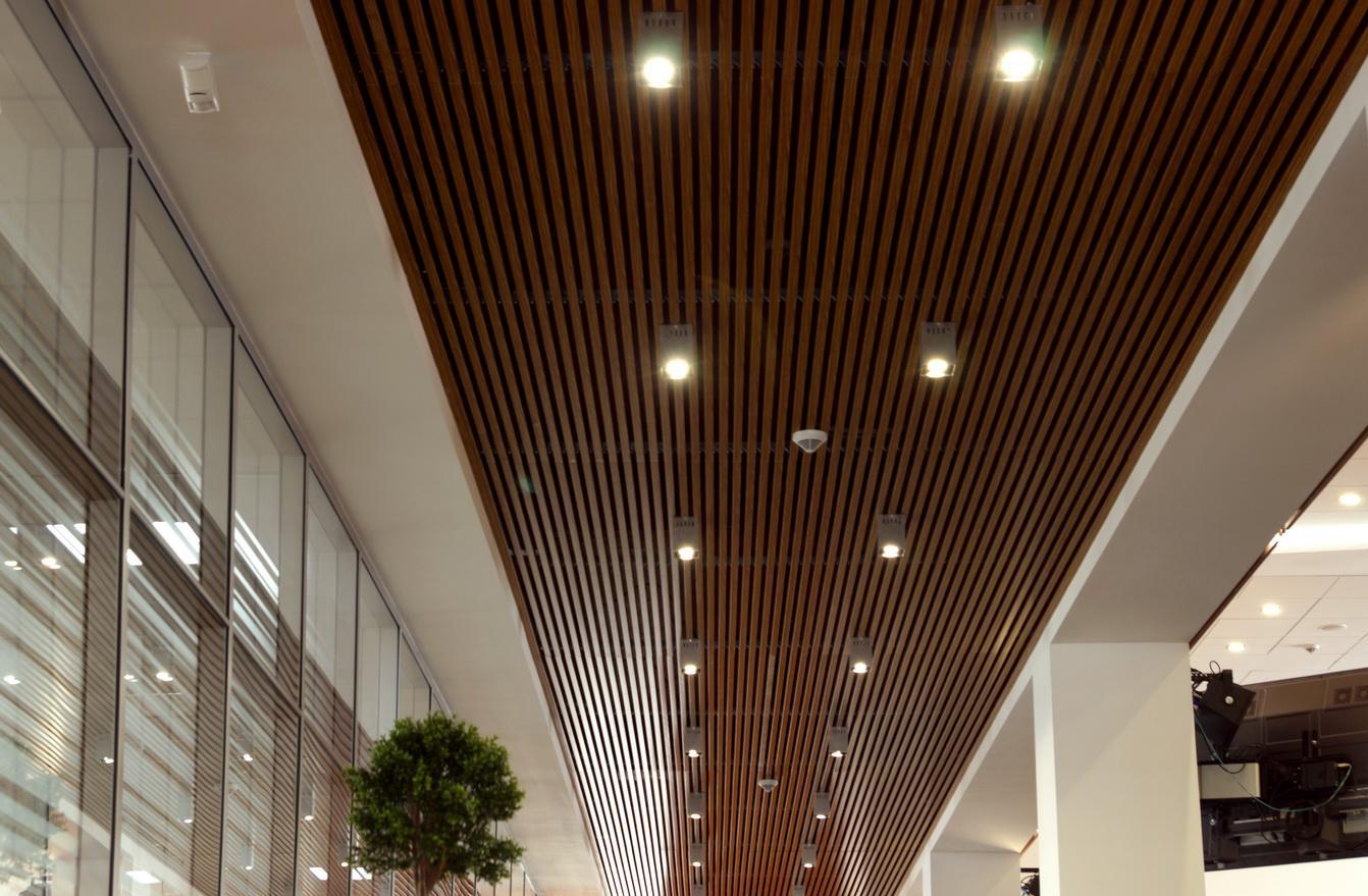 Реечный деревянный потолок с красивым освещением