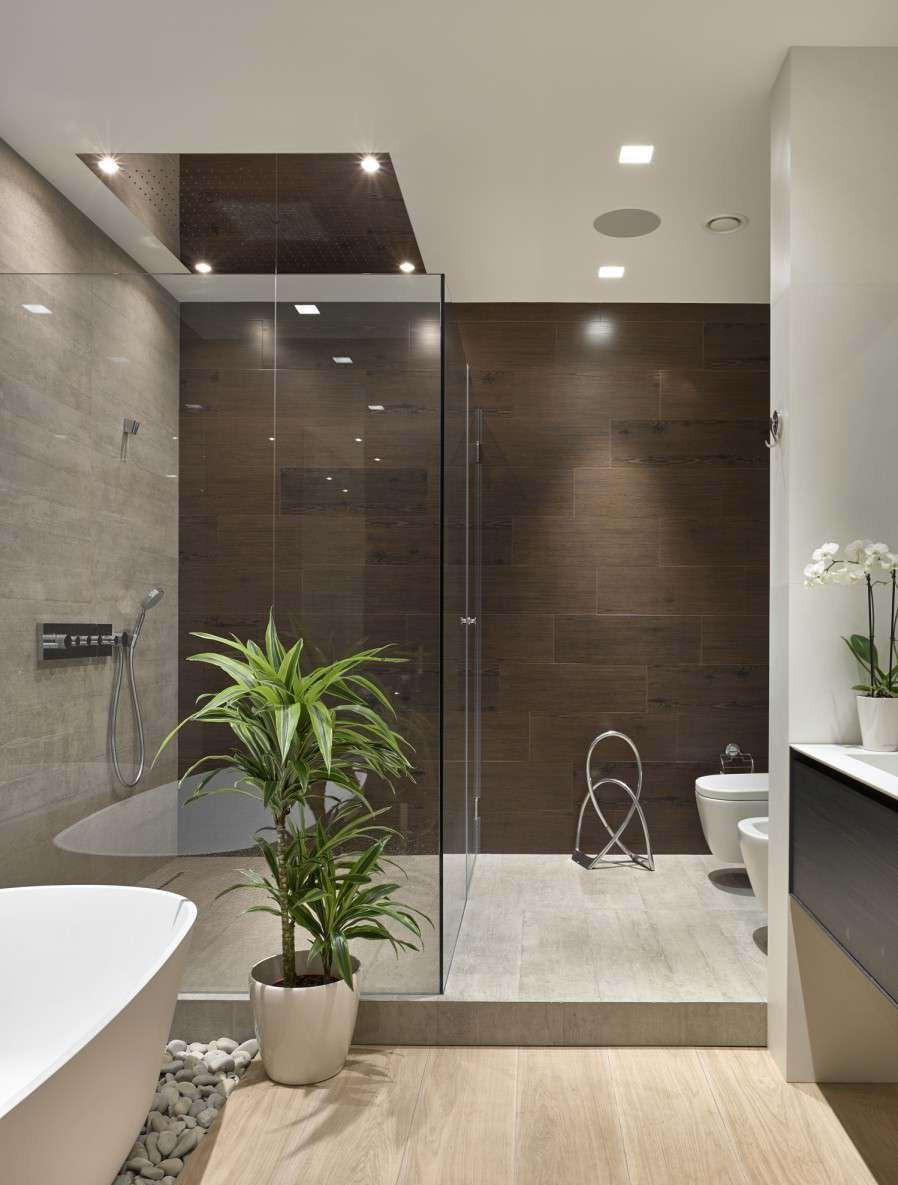 Коричневая и серая плитка под дерево в ванной