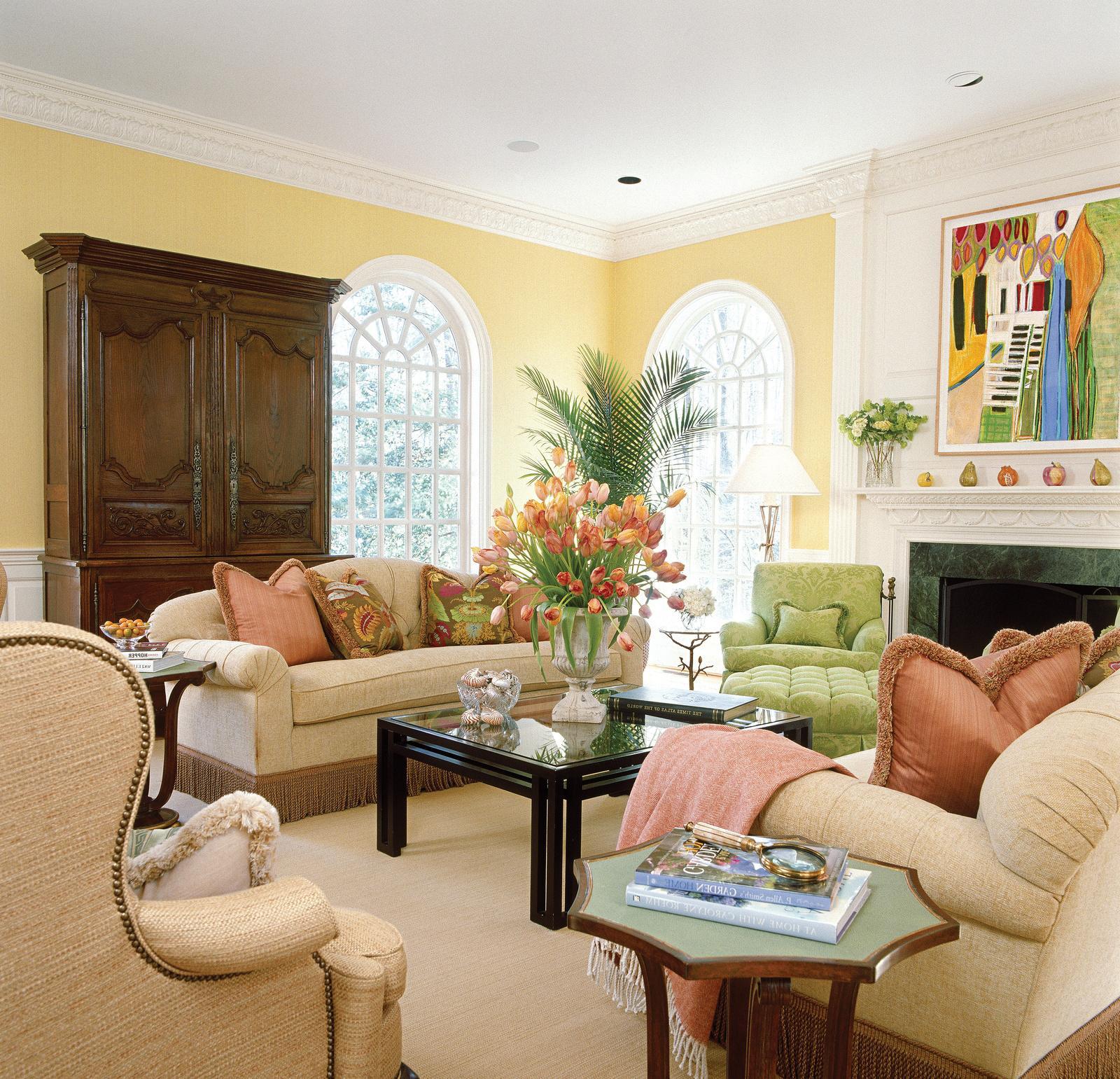 Сочетание бежевого, желтого и белого цветов в гостиной в классическом стиле