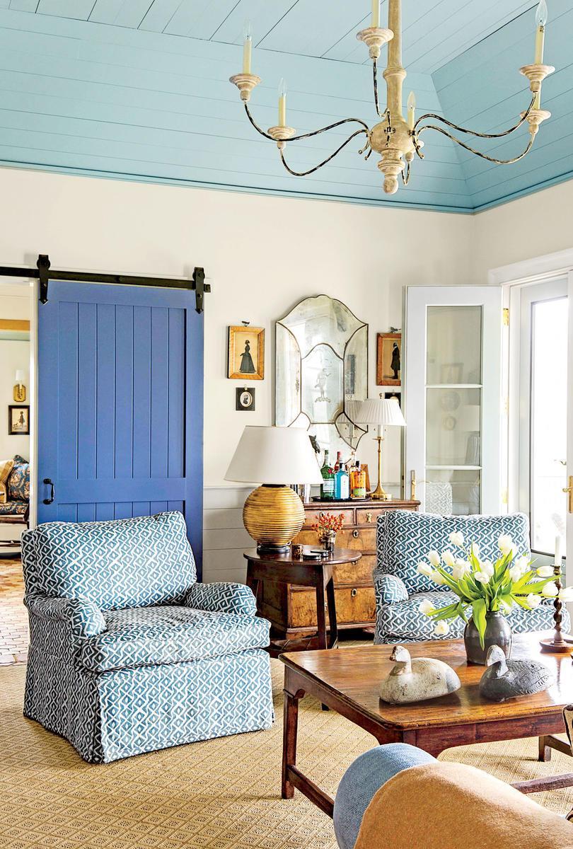 Голубая гостиная в деревенском стиле