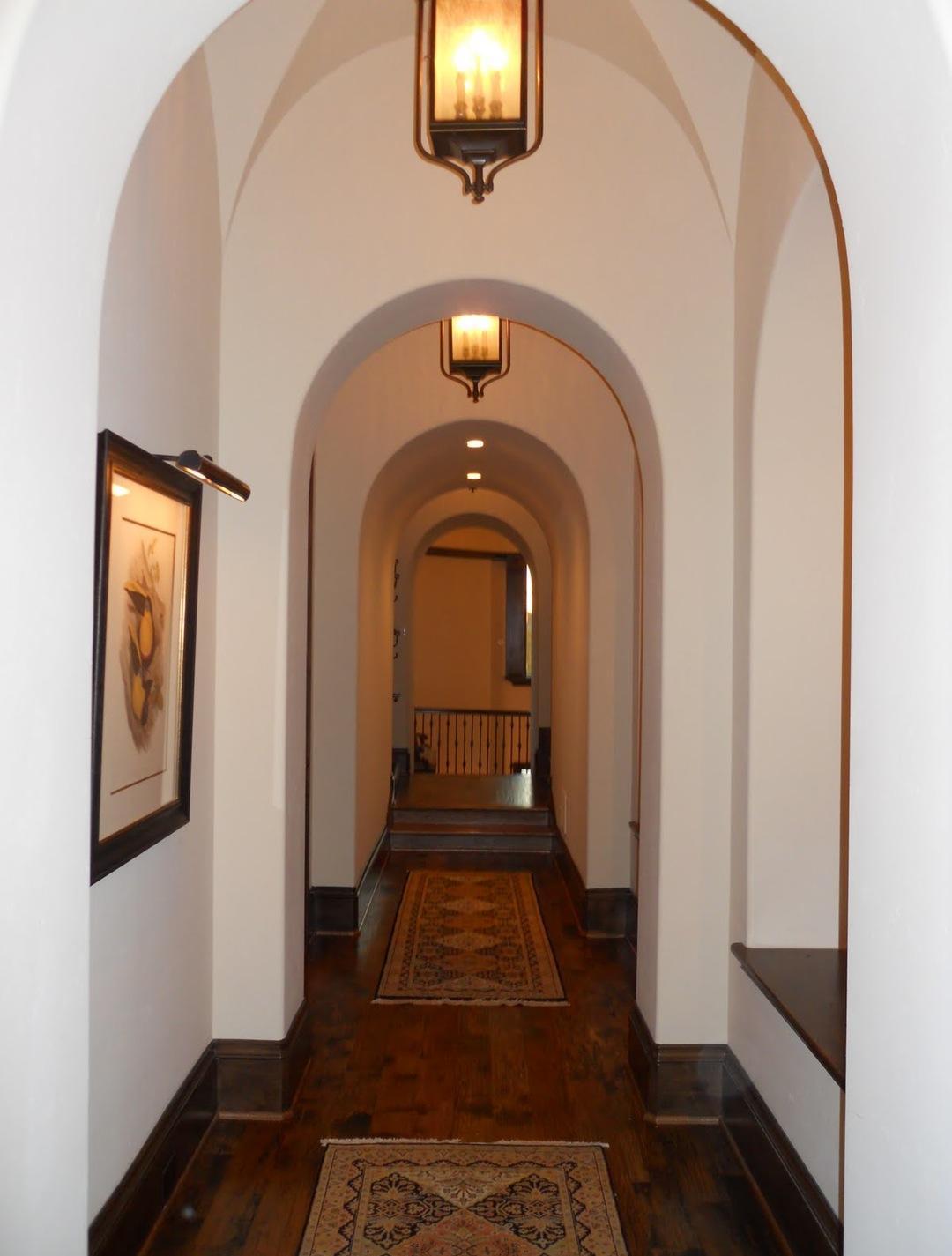 Дизайн коридора с аркой беленой